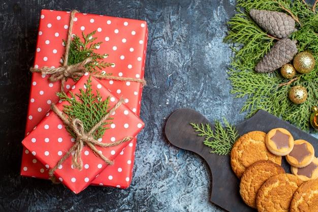Draufsicht leckere kleine kekse mit geschenken