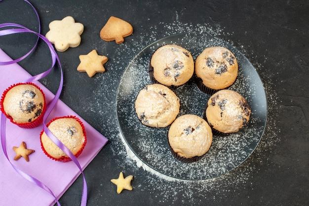 Draufsicht leckere kleine kuchen mit schokolade auf dunklem hintergrund