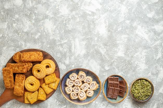 Draufsicht leckere kuchen mit bonbons und keksen auf weißem hintergrund