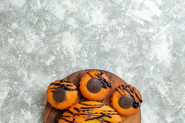 Draufsicht leckere kuchen mit schokolade und zuckerguss auf weißem schreibtisch kuchen dessert kuchen kakao tee süß