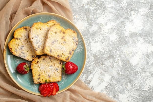 Draufsicht leckere kuchenscheiben mit frischen erdbeeren auf licht