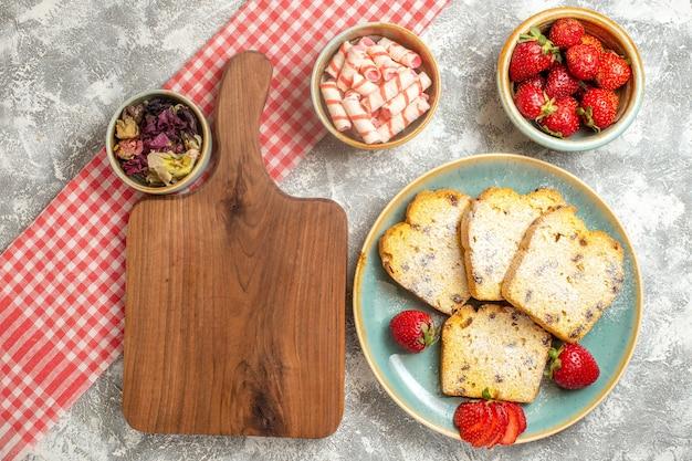 Draufsicht leckere kuchenscheiben mit frischen erdbeeren auf weiß