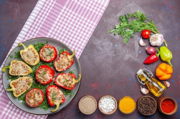 Draufsicht leckere paprika köstliche gekochte mahlzeit mit fleisch und grüns auf der dunklen oberfläche abendessen essen gericht pfeffer würzig