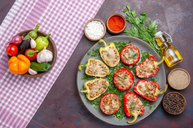 Draufsicht leckere paprika köstliche gekochte mahlzeit mit fleisch und grüns auf dunklem schreibtisch abendessen mahlzeit gericht pfeffer würziges essen