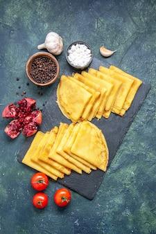 Draufsicht leckere pfannkuchen auf blauem hintergrund fleisch süße frühstücksgebäck kuchen teig farbe kuchen