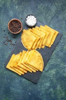 Draufsicht leckere pfannkuchen auf blauem hintergrund fleisch süße frühstückstorte teig backen gebäck kuchenfarbe