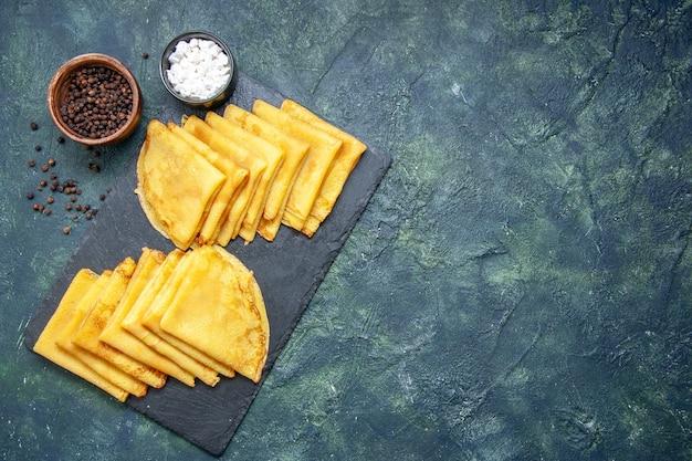 Draufsicht leckere pfannkuchen auf blauem hintergrund fleisch süßes frühstück backen gebäck kuchen teig farbe kuchen