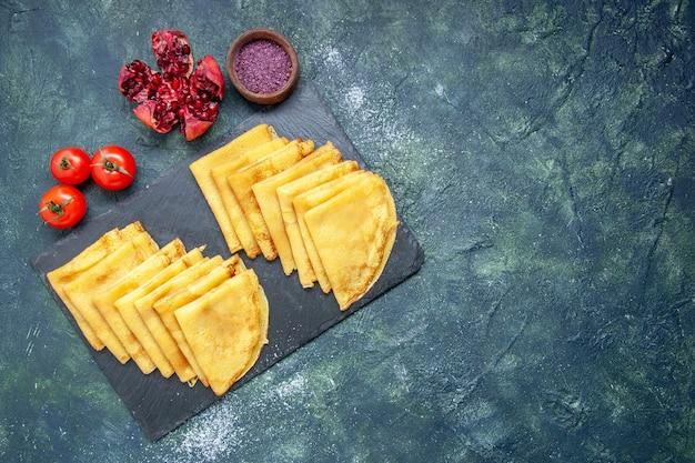 Draufsicht leckere pfannkuchen auf blauem hintergrund teig kuchen gebäck fleisch süßes frühstück farbe kuchen backen freien raum
