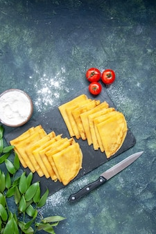 Draufsicht leckere pfannkuchen auf dem blauen hintergrund kuchen süßer teig fleischfarbe kuchen backen gebäck
