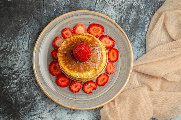 Draufsicht leckere pfannkuchen mit frischen erdbeeren auf licht