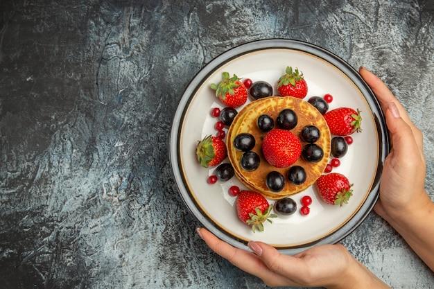 Draufsicht leckere pfannkuchen mit frischen früchten am licht