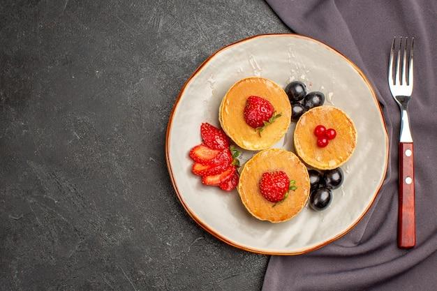 Draufsicht leckere pfannkuchen mit oliven und früchten im dunkeln