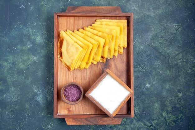 Draufsicht leckere pfannkuchen mit salz auf blauem hintergrund kuchen süßer teig fleisch backen gebäck farbe pie