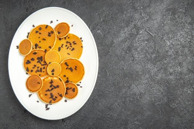 Draufsicht leckere pfannkuchen mit schoko-chips auf dem dunklen hintergrund