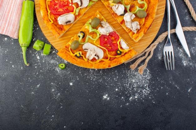 Draufsicht leckere pilzpizza mit roten tomaten grüne oliven pilze mit tomaten überall auf dem grauen hintergrund pizzateig italienisches fleisch