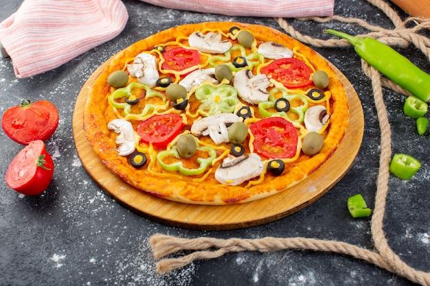 Draufsicht leckere pilzpizza mit roten tomaten oliven pilze mit frischen tomaten überall auf dem grauen schreibtisch pizzateig italienisches essen