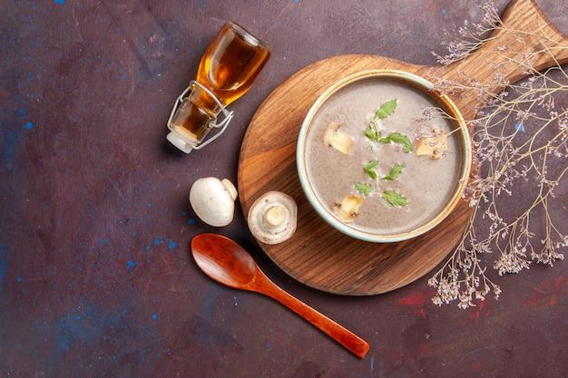 Draufsicht leckere pilzsuppe innerhalb platte auf dunklem hintergrund suppe gemüse mahlzeit abendessen essen
