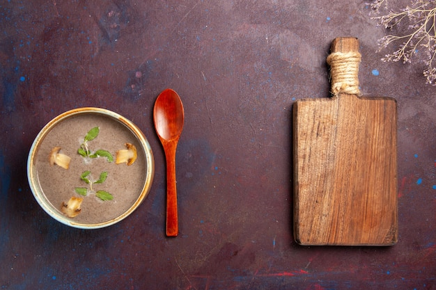 Draufsicht leckere pilzsuppe innerhalb platte auf dunklem hintergrund suppengemüse mahlzeit essen abendessen