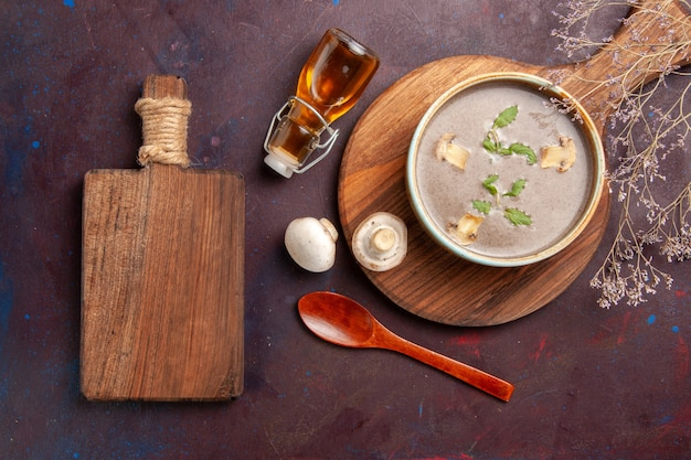Draufsicht leckere pilzsuppe innerhalb platte auf dunklem schreibtisch suppe gemüse mahlzeit abendessen essen
