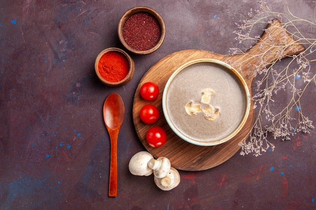 Draufsicht leckere pilzsuppe mit verschiedenen gewürzen auf dunklem hintergrund suppenmahlzeit pilzgewürznahrung