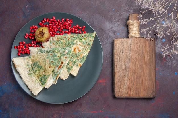 Draufsicht leckere qutabs gekochte teigstücke mit grüns innen auf schwarz