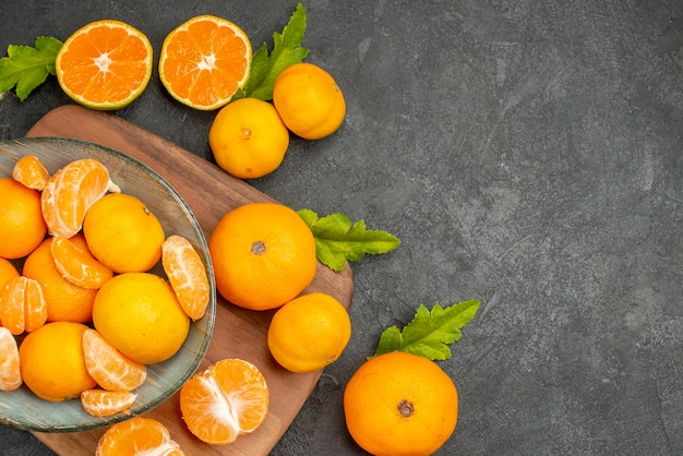 Draufsicht leckere saftige mandarinen im teller auf grauem hintergrund