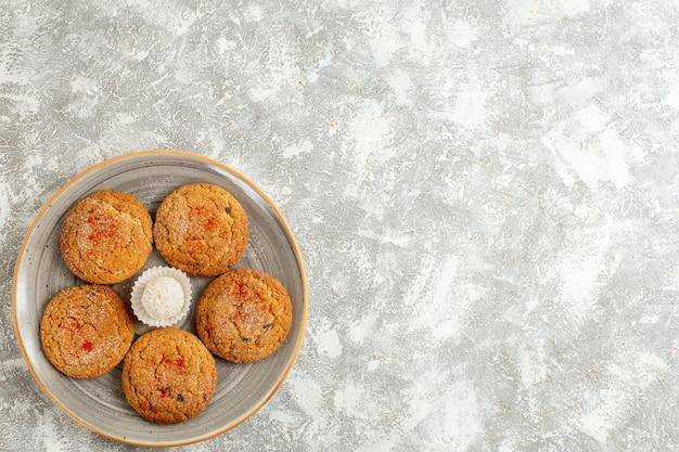 Draufsicht leckere sandplätzchen innerhalb platte auf weißem hintergrund