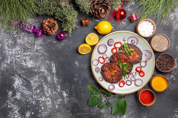 Draufsicht leckere schnitzel mit zwiebelringen auf dem grauen hintergrundgericht fleischmehlfoto