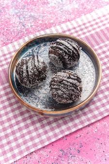 Draufsicht leckere schokoladenkuchen auf rosa