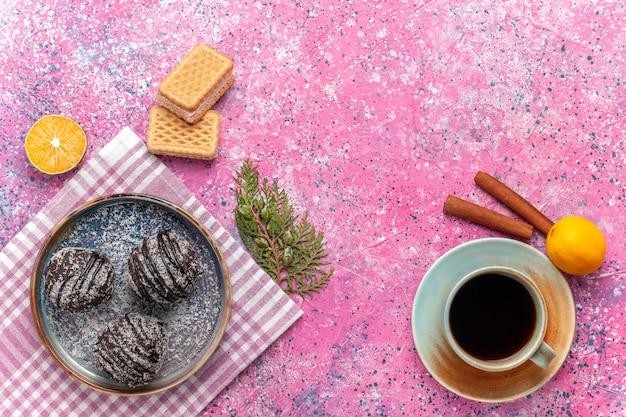 Draufsicht leckere schokoladenkuchen mit tee auf rosa