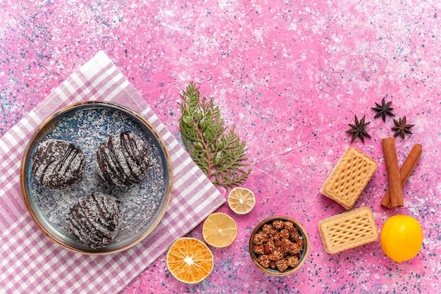 Draufsicht leckere schokoladenkuchen mit waffeln und zimt auf rosa
