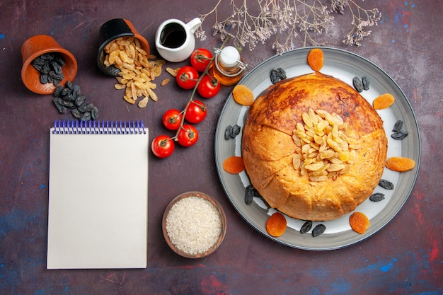 Draufsicht leckere shakh plov gekochte reismahlzeit innerhalb teig mit tomaten auf einem dunklen hintergrund reismahlzeit essen abendessen kochen