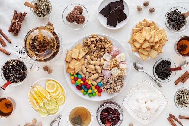 Draufsicht leckere snacks und getränke