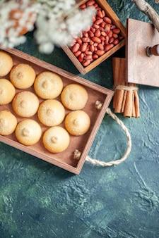 Draufsicht leckere süße kekse mit erdnüssen auf dunkler hintergrundfarbe nussplätzchen süßer kuchenkuchen zucker