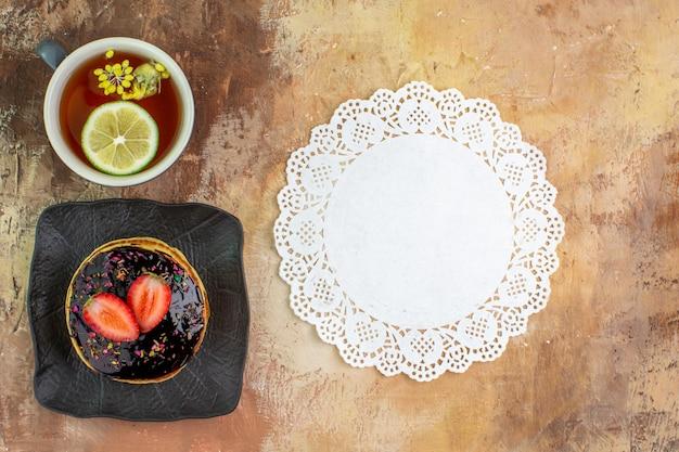 Draufsicht leckere süße pfannkuchen mit tasse tee auf hellem schreibtisch