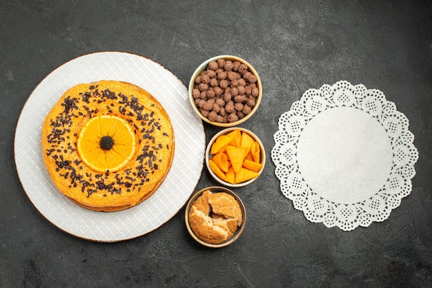 Draufsicht leckere süße torte mit orangenscheiben auf dunkler oberfläche tortenkuchen dessert tee süßer keks