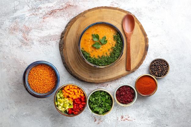 Draufsicht leckere suppe gekochte bohnensuppe mit gewürzen auf weißer oberfläche gemüsemehl nahrungsmittelsuppe bohne