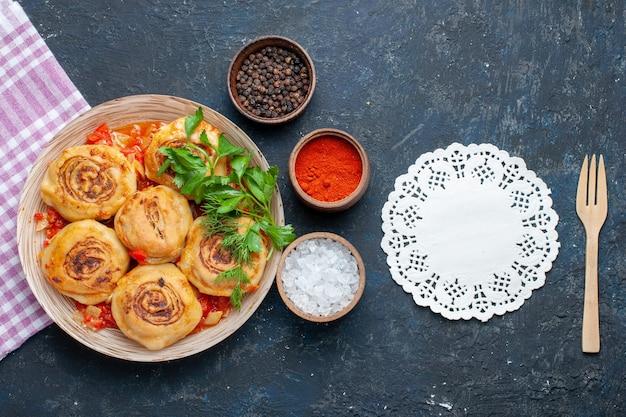 Draufsicht leckere teigmahlzeit mit fleisch innerhalb platte zusammen mit gewürzen auf dem dunklen hintergrundnahrungsmittelmahlzeitfleischgemüse