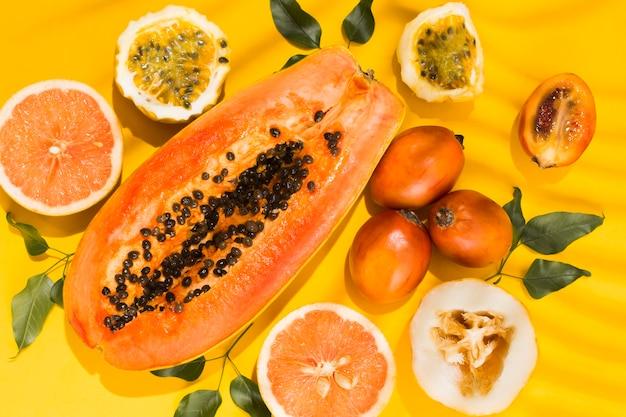 Draufsicht leckere und frische früchte auf dem tisch