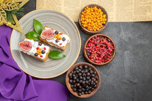 Draufsicht leckere waffelkuchen mit frischen früchten auf dunklem schreibtisch