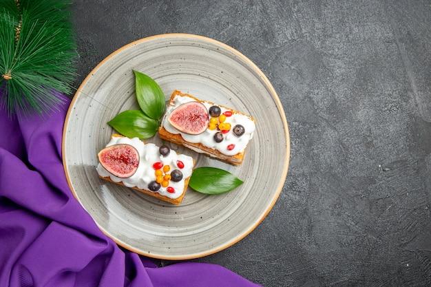 Draufsicht leckere waffelkuchen mit früchten auf dem dunklen hintergrund