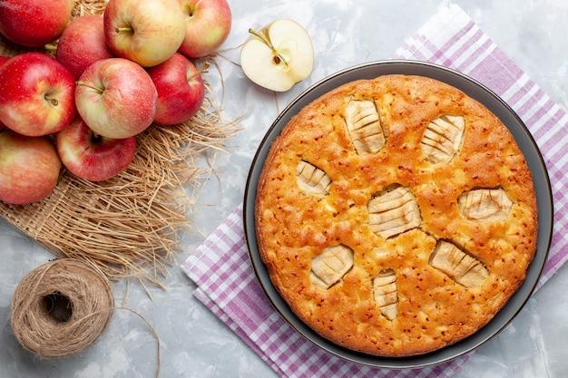 Draufsicht leckeren apfelkuchen mit frischen roten äpfeln auf dem weißen hintergrundkuchenzucker-süßen backkuchenfrucht