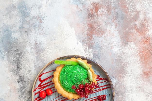 Draufsicht leckeren cremigen kuchen mit früchten auf dem hellen tischkeks süßer kuchen nachtisch