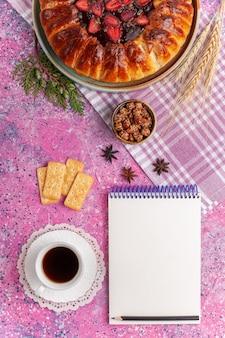 Draufsicht leckeren erdbeerkuchen fruchtigen kuchen auf dem rosa