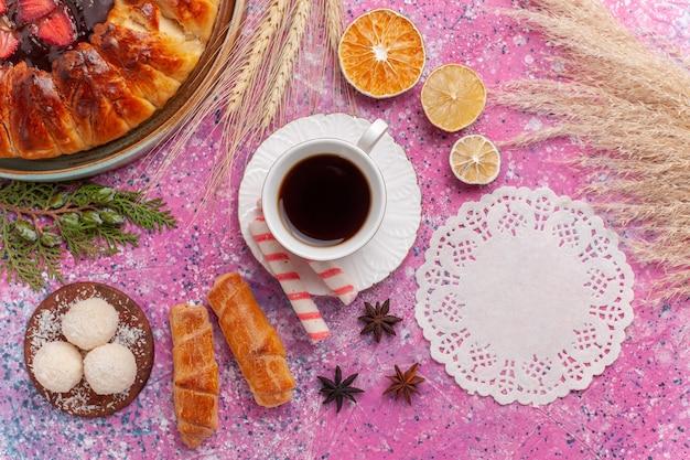Draufsicht leckeren erdbeerkuchen fruchtigen kuchen mit gelee und früchten auf rosa