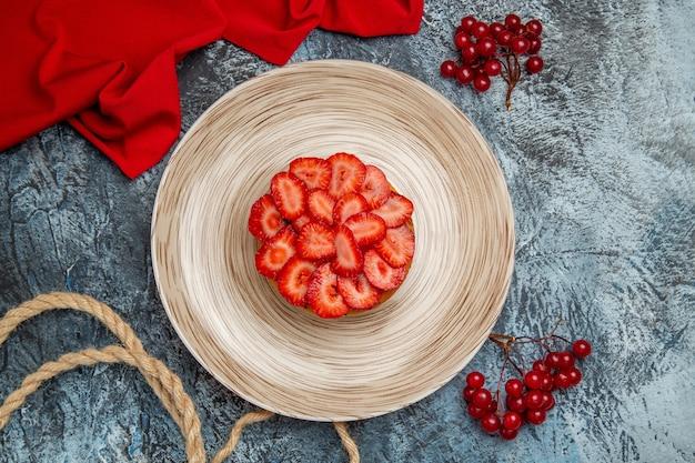 Draufsicht leckeren erdbeerkuchen mit roten beeren auf dunklem boden dessert obstkuchen kuchen