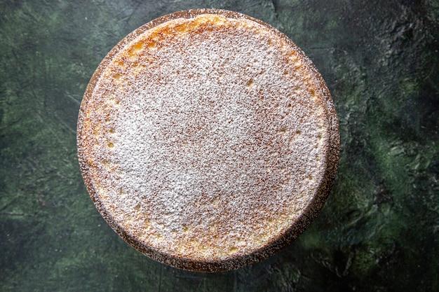 Draufsicht leckeren honigkuchen mit zuckerpulver auf runder dunkler holzplatte dunkle oberfläche