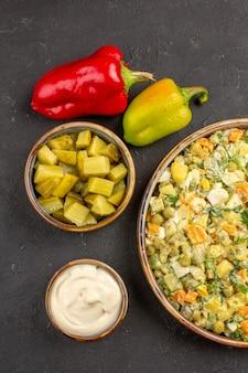 Draufsicht leckeren mayonnaise-salat auf grauem hintergrund