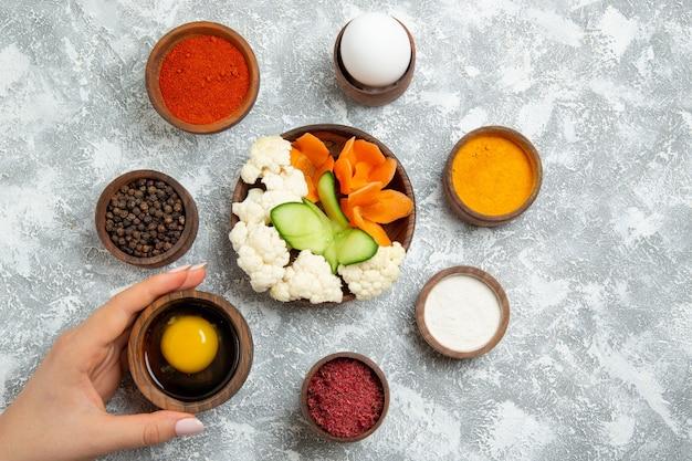 Draufsicht leckeren nützlichen salat mit gewürzen auf weißem hintergrund salat gemüsemehl lebensmittelgesundheit