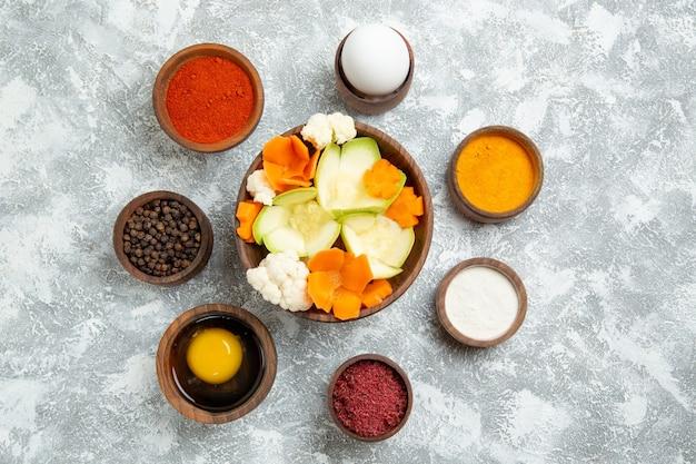 Draufsicht leckeren salat mit gewürzen auf weißem hintergrund salat gemüsemehl lebensmittelgesundheit